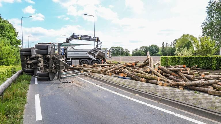 De vrachtwagen moest uitwijken voor een auto (foto: Harrie Grijseels/SQ Vision).