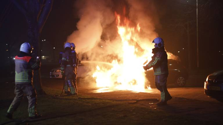 Er werden auto's in brand gestoken tijdens nieuwjaarsnacht in Roosendaal (foto: Christian Traets/SQ Vision).