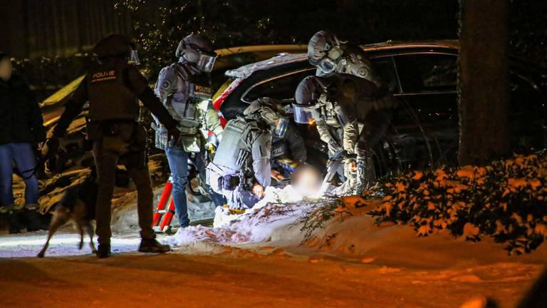 De man werd door een arrestatieteam uit het huis in Asten gehaald (foto: Harrie Grijseels/SQ Vision).