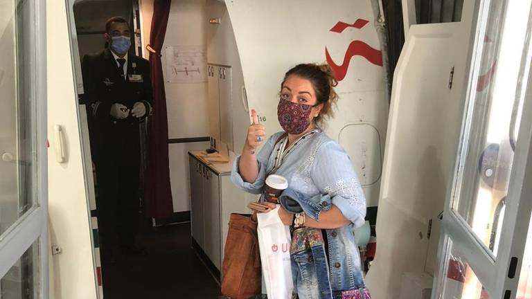 Angelique stapt eindelijk aan boord van het vliegtuig naar Nederland