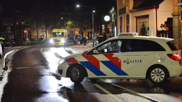 De politie heeft de straat in Rijsbergen afgezet (foto: Perry Roovers/SQ Vision).