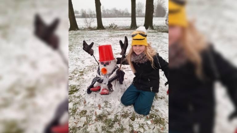 Marsha maakt een sneeuwpop (foto: Geo Maris).