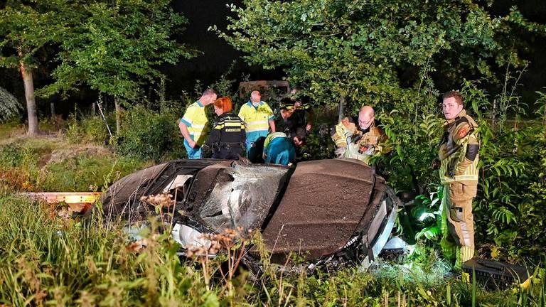 De bestuurder werd door hulpverleners uit de auto bevrijd (foto: Toby de Kort/SQ Vision).