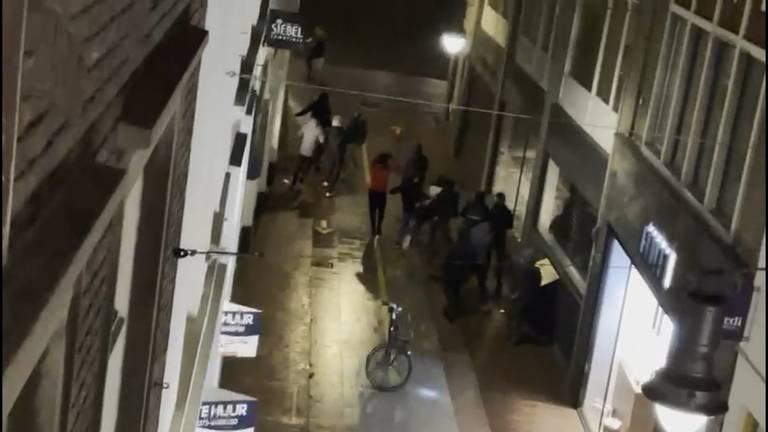 De vrienden worden op straat beroofd.