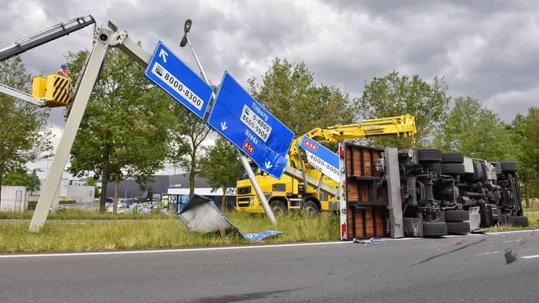 De vrachtwagen belandde in de berm (foto: Toby de Kort/SQ Vision).