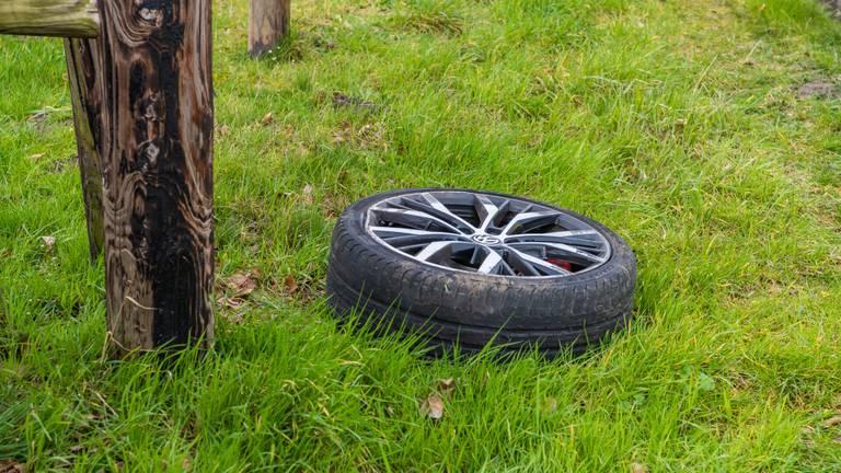 Van een van de betrokken auto's in Udenhout brak een wiel volledig af (foto: Jack Brekelmans/SQ Vision).