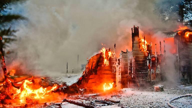 De chalet in Luyksgestel ging volledig in vlammen op (foto: Rico Vogels/SQ Vision).