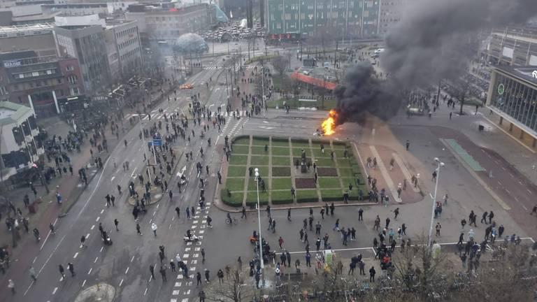 Een luchtopname vanuit het Student Hotel tijdens de rellen.