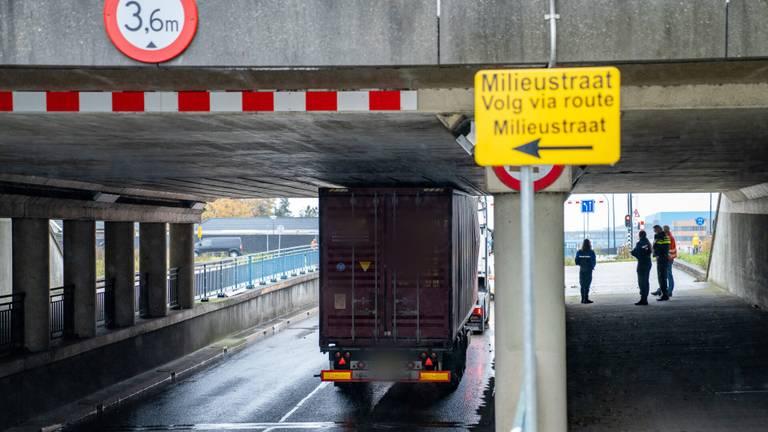 De vrachtwagen zit vast (foto: Iwan van Dun/SQ Vision).