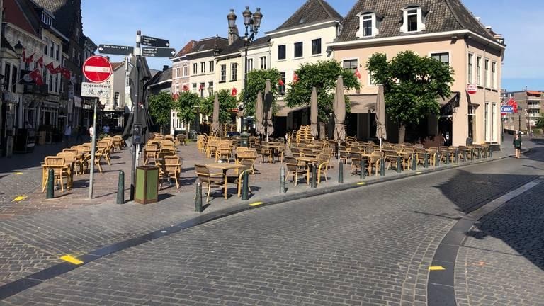 Het terras op de Bredase Havermarkt opgesteld via het protocol (foto: Omroep Brabant).