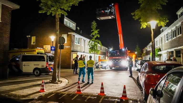 De vrouw werd door hulpdiensten van het dak gehaald (foto: Sem van Rijssel/SQ Vision).