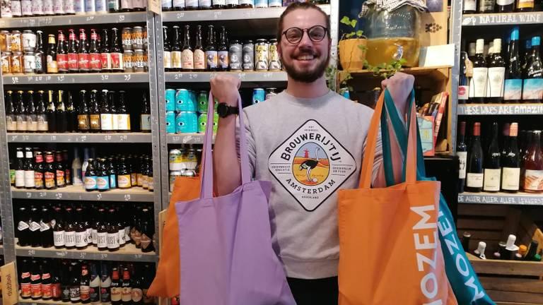 Joshua met de bierpakketten die hij gaat rondbrengen.