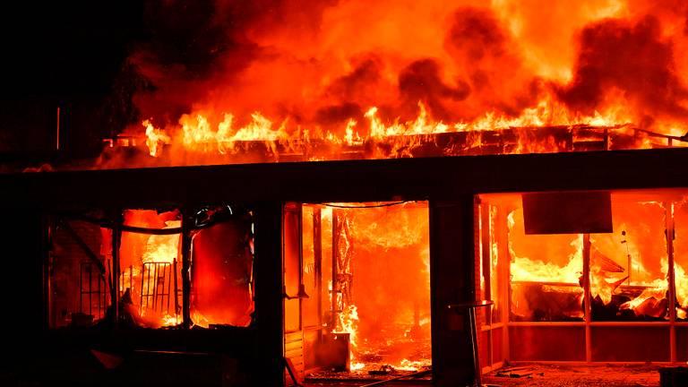 Er woedde een enorme brand op camping de Zwarte Bergen (foto: Ricio Vogels / SQ Vision).