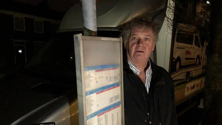 Karel Dictus blokkeert met eigen verhuisbusjes de busstop in de Veldweg in Zundert.