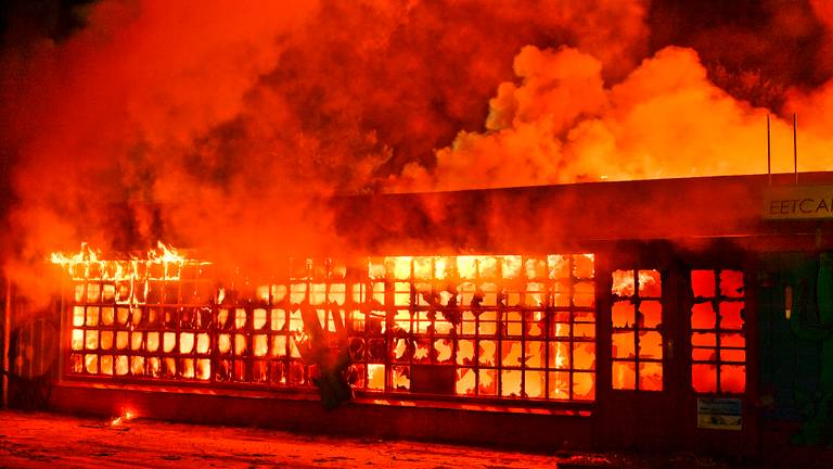 Het horecagebouw op de voormalige camping de Zwarte Bergen ging in vlammen (foto: Rico Vogels / SQ Vision).