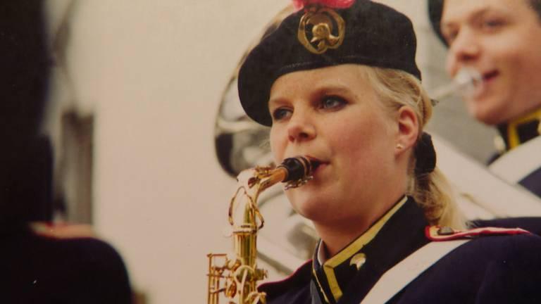 Nicole als twintiger bij de fanfare.