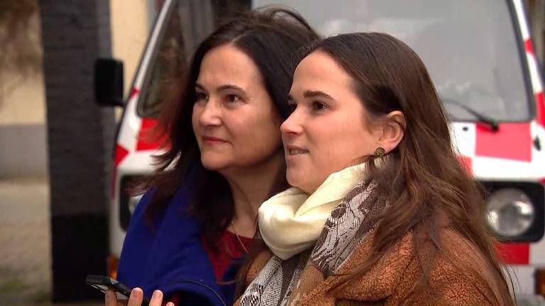 Nathalie en haar moeder Sylvia bellen met Thea over de jurken.