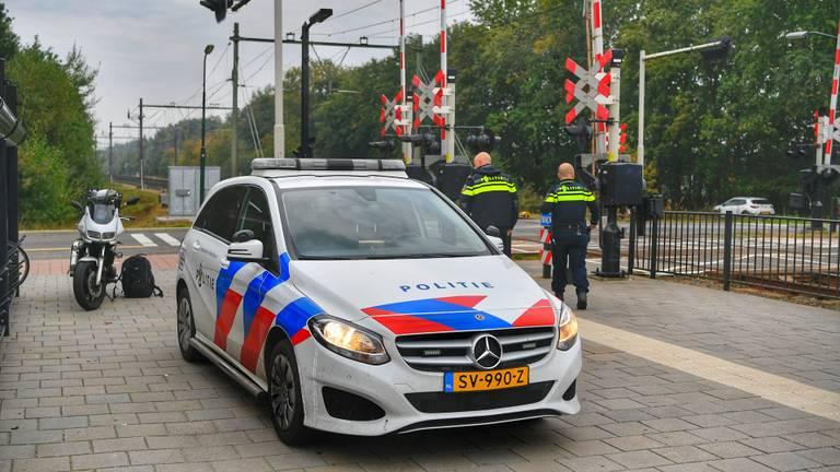 De politie bij de spoorwegovergang in Maarheeze (foto: Rico Vogels/SQ Vision)