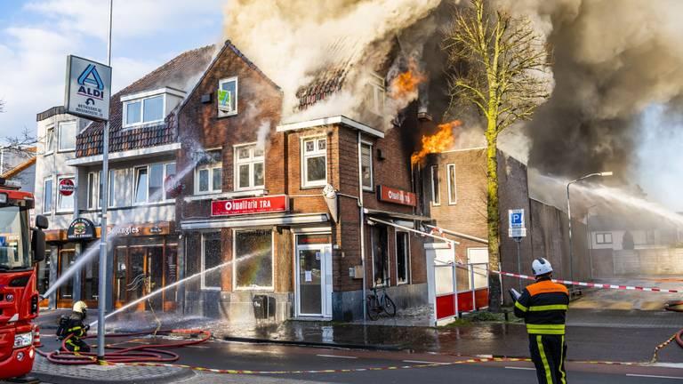 Brandweerlieden bestrijden het vuur (foto: Jack Brekelmans/SQ Vision)