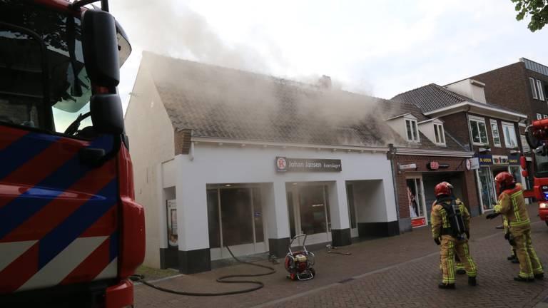 Het vuur bij de slagerij werd rond acht uur zondagochtend gemeld (foto: Harrie Grijseels/SQ Vision).