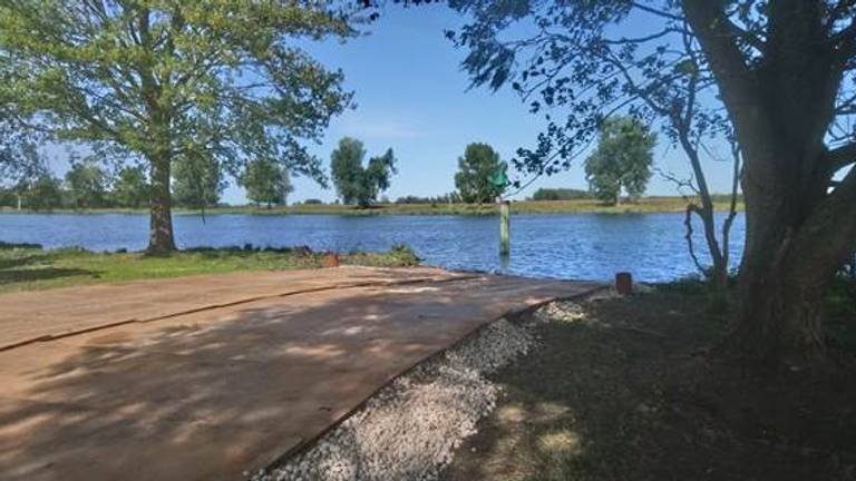Hier moet de veerboot tractoren gaan vervoeren over de rivier (Foto: Rijkswaterstaat)