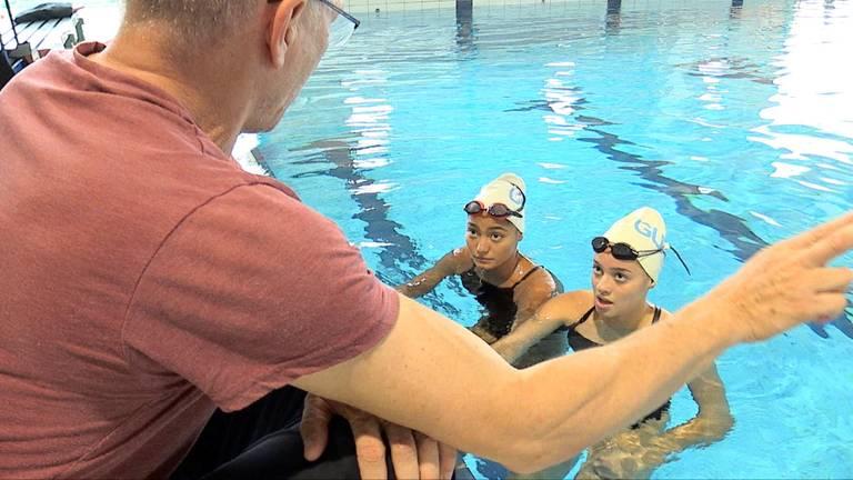 Jennifer en Marry-Ann luisteren naar trainer Harm Deiman (foto: Jan Peels)