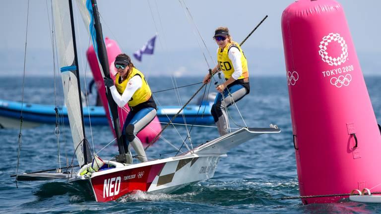 Annemiek Bekkering (rechts) met Annette Duetz in actie op de Spelen (foto: via ANP - EPA/Olivier Hoslet).