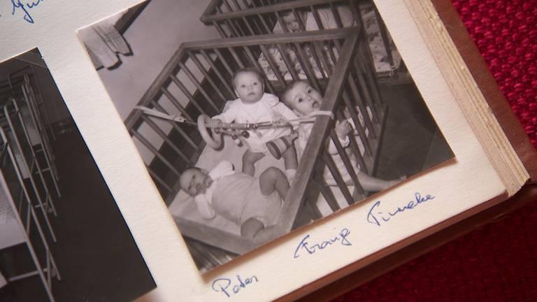 Een foto van babys, met naam erbij, uit het fotoalbum van Babs. (beeld: Omroep Brabant)