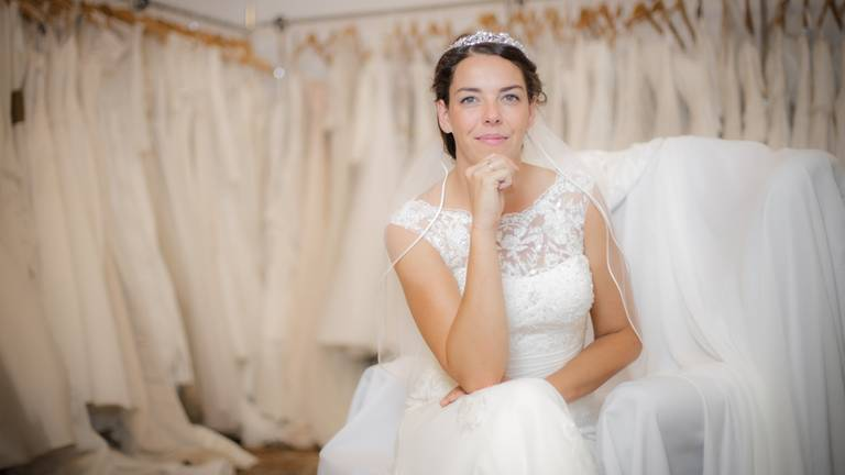 Puck vond een tweedehands trouwjurk bij Uit Liefde. (Foto: Alessandra Mignardi)