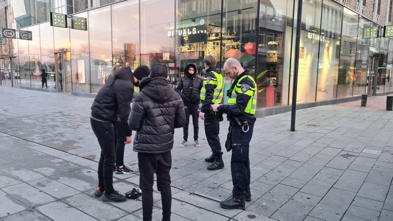 De politie controleert preventief op het 18 Septemberplein (foto: Omroep Brabant)