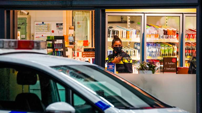 De politie doet onderzoek na de overval in Eindhoven (foto: Dave Hendriks/SQ Vision).