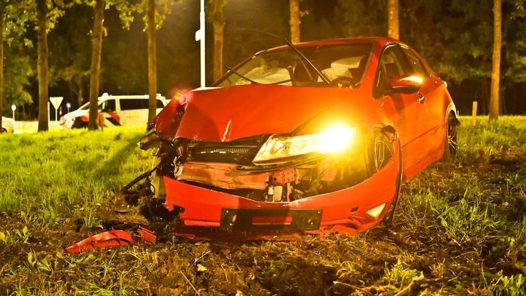 De auto van de man crashte op een rotonde in Riethoven (foto: Rico Vogels/SQ Vision).