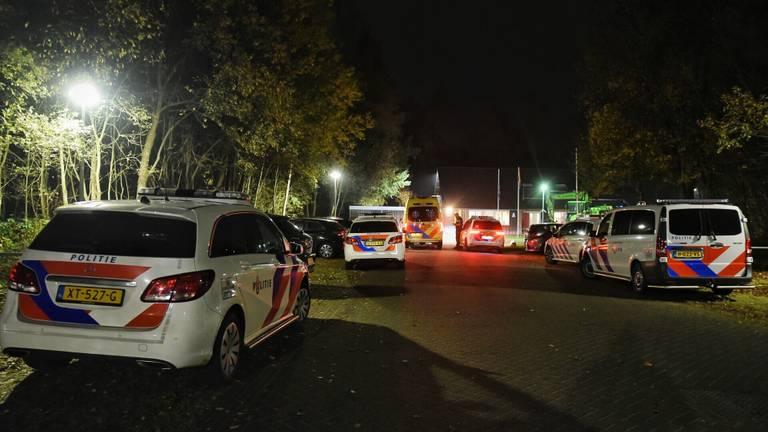 Politieauto's donderdag bij het azc in Oisterwijk (foto: Toby de Kort/SQ Vision).