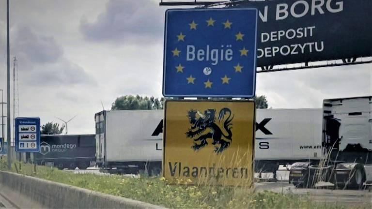 Metalen borden die de Belgische grens aangeven (foto: Raoul Cartens).