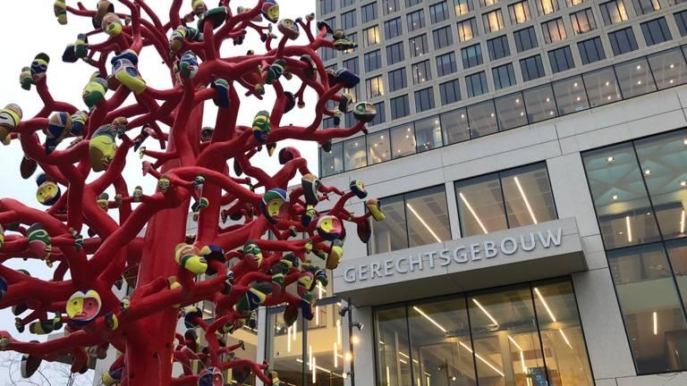De rechtbank in Breda met de rode boom (foto: Willem-Jan Joachems).