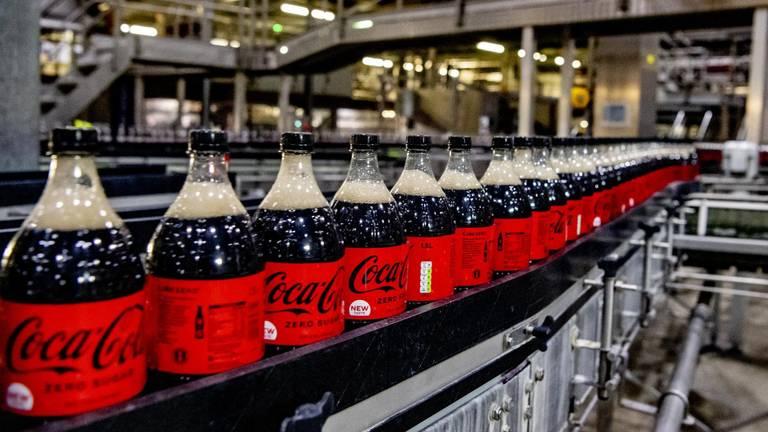 Per literfles cola heeft het bedrijf bijna anderhalve liter water nodig.