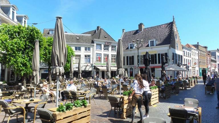 Een Bredaas terras in coronatijd (foto: Henk Voermans).