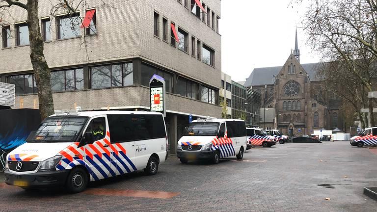 Politie bij het Stadhuisplein (foto: Raymond Merkx).