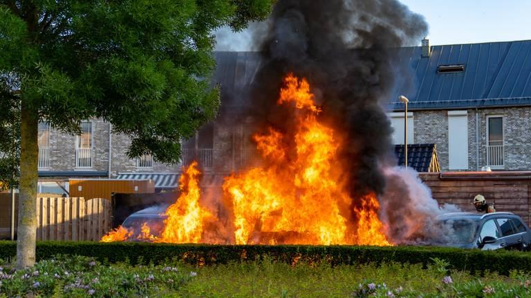 De brandende wagens (foto: Iwan van Dun/SQ Vision Mediaprodukties).