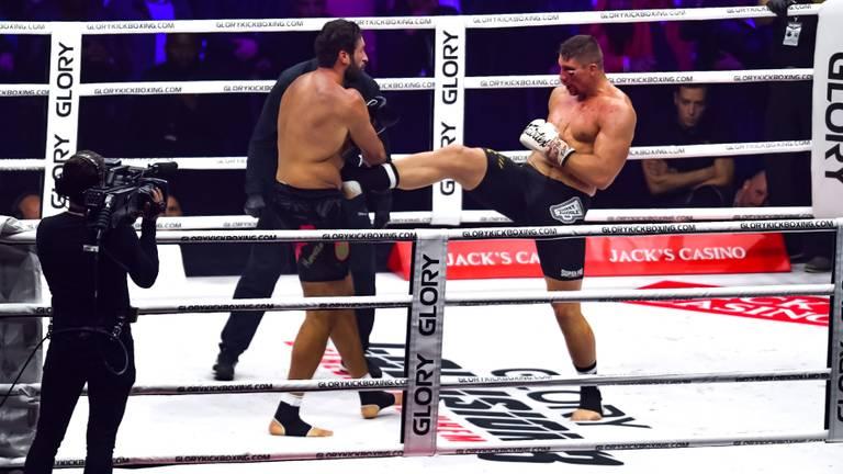 Rico Verhoeven in duel met Jamal Ben Saddik (foto: Maric Media).