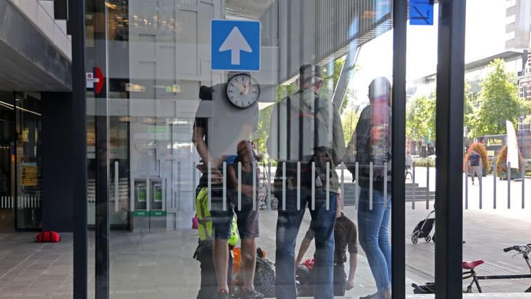 Dakloze Polen krijgen iedere maandag hulp op het station van Tilburg. (foto: Karin Kamp)