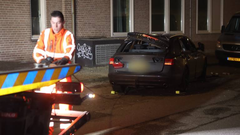 De ontplofte auto in Veghel is door een berger getakeld. (foto: Sander van Gils/SQ Vision).