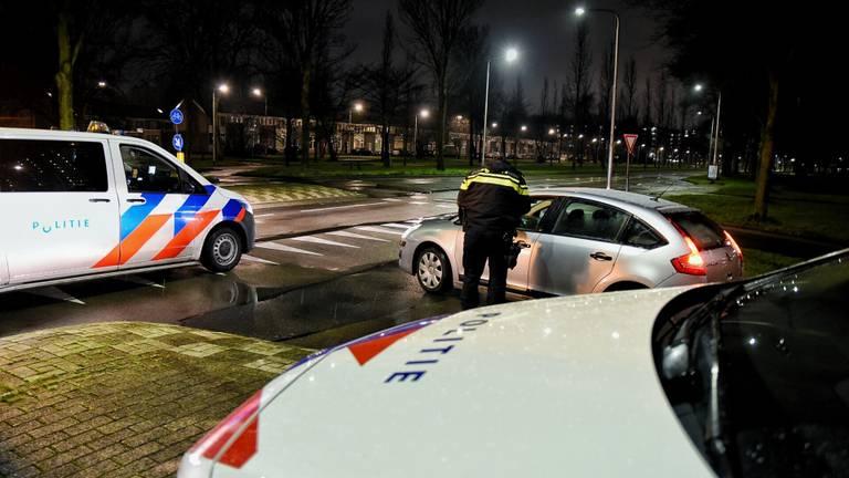 Agenten controleren nachtbrakers in Tilburg (foto: Toby de Kort/SQ Vision).