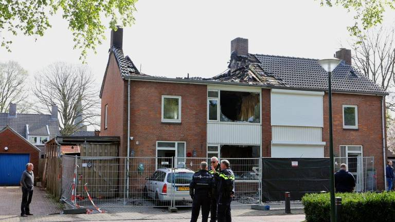 De schade van het afgebrande huis  een dag na de brand (foto: Bart Meesters/ SQ Vision).