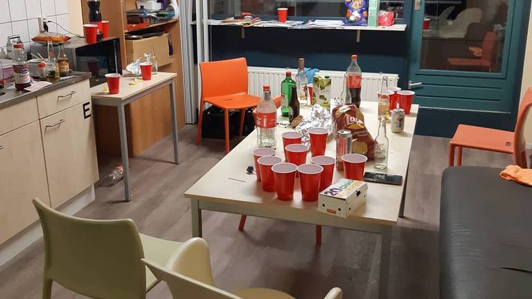 De restanten van een feestje in een studentenhuis (foto: Robbie van der Heijden)