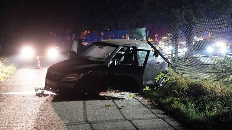 Een auto schoot na de botsing op de A2 bij Maarheeze door een hek (foto: WdG/SQ Vision).