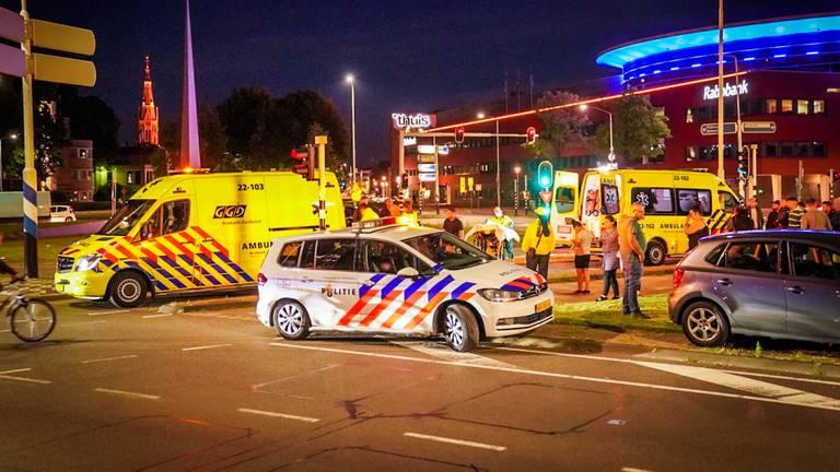 Politie, ambulancepersoneel en nieuwsgierigen op de plek waar de scooter werd aangereden (foto: Perry Roovers/SQ Vision Mediaprodukties).