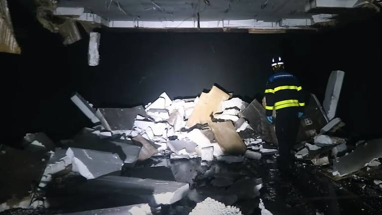 Het plafond in de parkeergarge was deels naar beneden gekomen (foto: YouTube brandweervloggers).