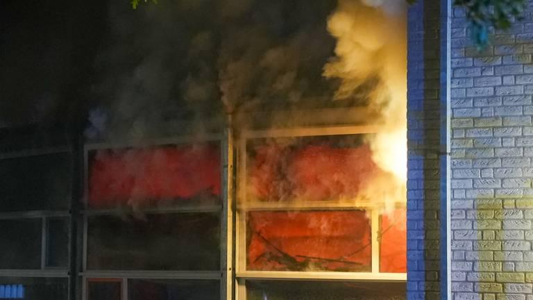 De vlammen in het schoolgebouw in Oss werden rond vier uur ontdekt (foto: Gabor Heeres/SQ Vision).