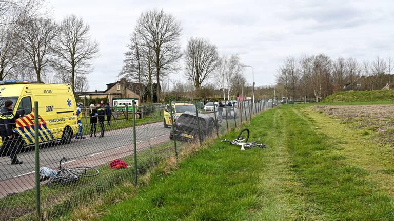 De fiets van een van de wielrenners belandde in een weiland (foto: Jack Brekelmans/SQ Vision).